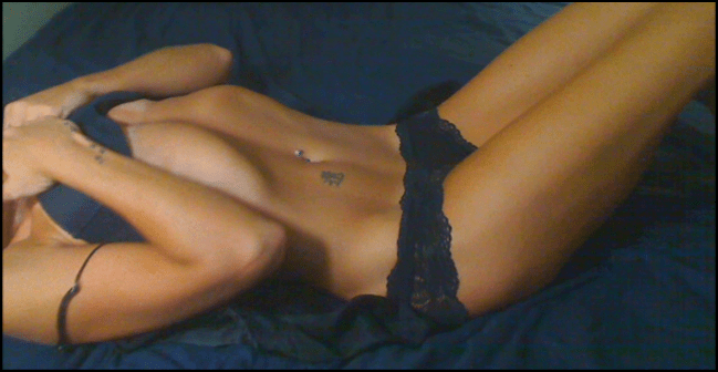 skype cam girl quinn69 in black lingerie in bed